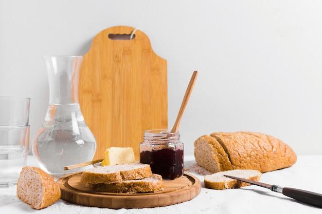 Heerlijk engels ontbijt met brood en jam