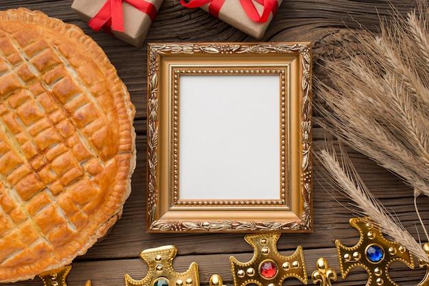 Heerlijk epiphany-taartdessert en frame Premium Foto