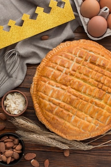 Heerlijk epiphany-taartdessert en ingrediënten Premium Foto