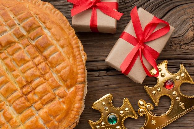 Heerlijk epiphany-taartdessert met geschenken Premium Foto