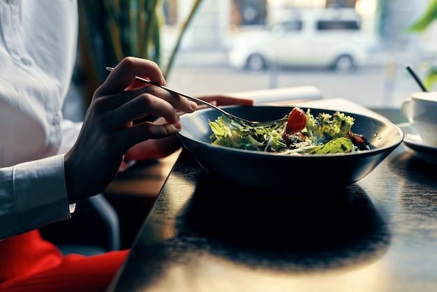 Heerlijk eten in een bord restaurant cafe een kopje koffie op de achtergrond rode tomatenvork