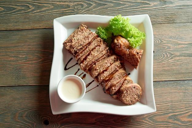 Heerlijk eten op de houten tafel