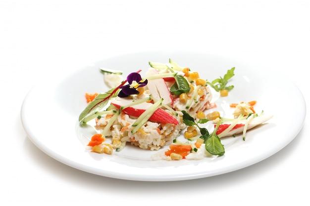 Heerlijk eten op een witte plaat