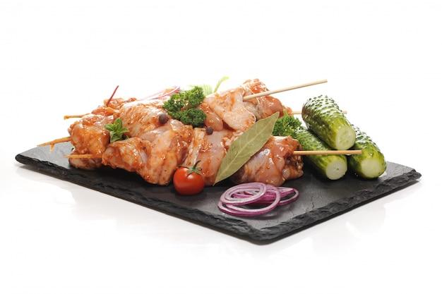 Heerlijk eten op een zwart bord