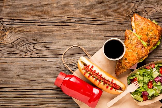 Heerlijk fastfood met frisdrank in beker