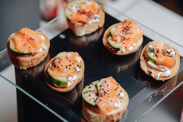 Heerlijk feestelijk buffet met canapã © s en verschillende heerlijke maaltijden