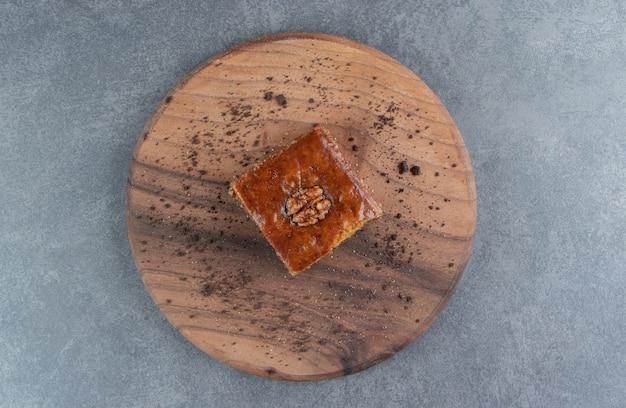 Heerlijk gebak met walnoot en cacaopoeder
