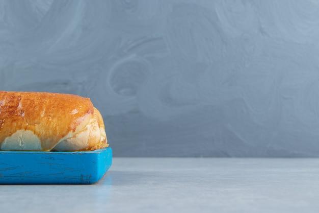 Heerlijk gebak met worst op blauw bord.