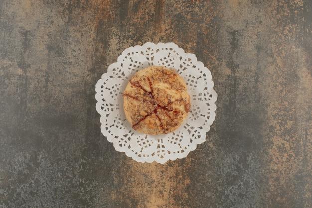 Heerlijk gebak op marmeren oppervlak.