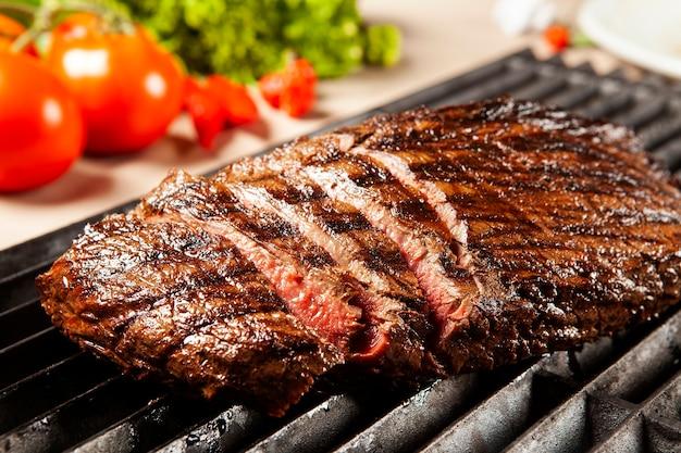 Heerlijk gegrild vlees over de grill op een barbecue