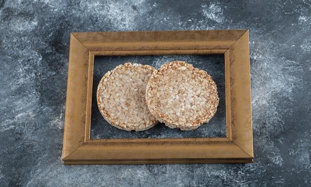 Heerlijk gepofte rijstbrood in een frame.