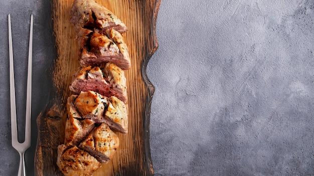 Heerlijk gesneden vleeshaasbiefstuk op houten snijplank