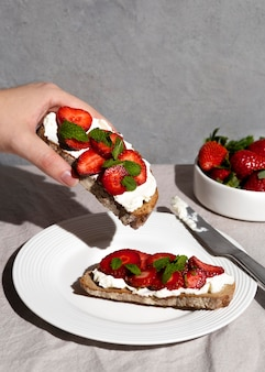 Heerlijk gezond dessert met aardbeien arrangement