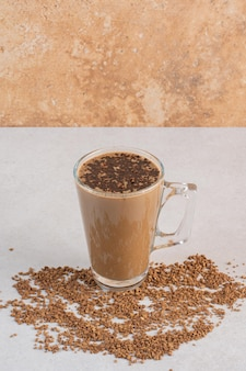 Heerlijk glas aroma verse kop koffie met koffiebonen