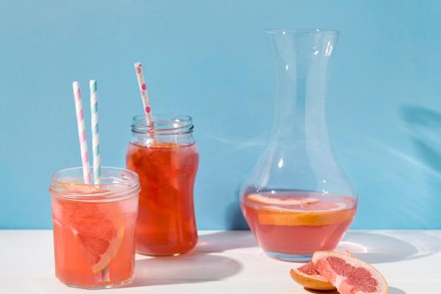 Heerlijk grapefruitsap klaar om te worden geserveerd