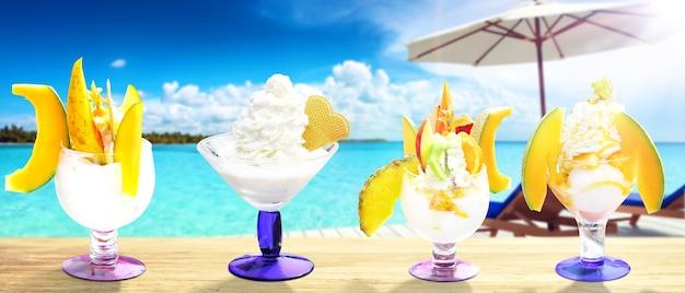 Heerlijk ijs op het strand. gezond zomervoedselconcept.