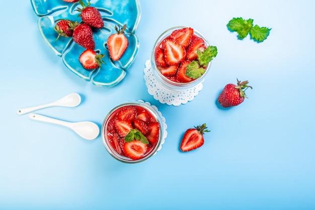Heerlijk italiaans dessert panna cotta met aardbeiencoulis. melkdessert met bessen