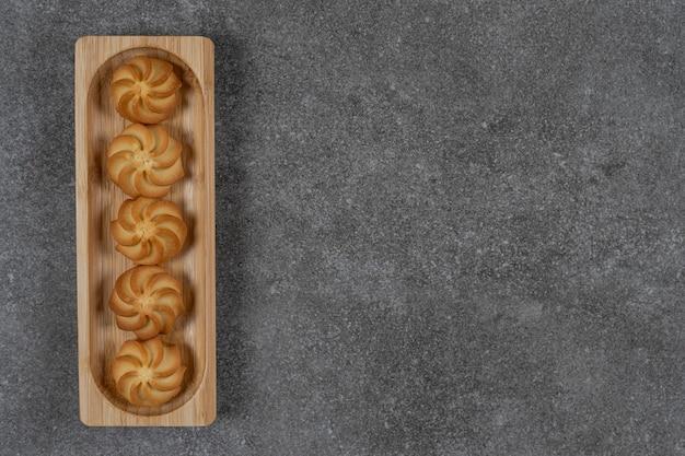 Heerlijk koekje op het dienblad op het marmeren oppervlak