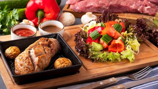 Heerlijk koken gesneden vlees met verse groenten