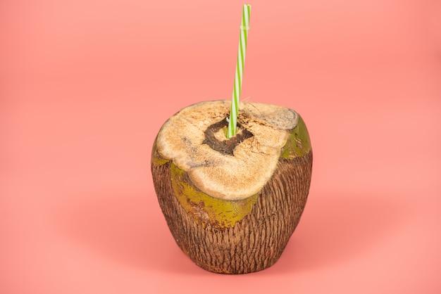 Heerlijk kokosnotenwater op roze