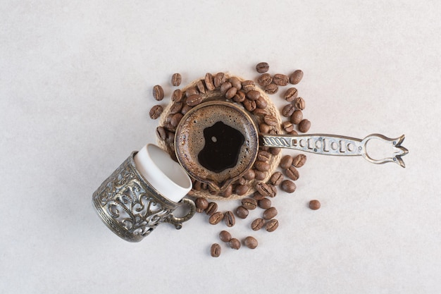 Heerlijk kopje aroma vers kopje koffie met koffiebonen