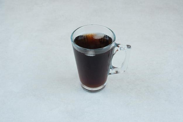 Heerlijk kopje thee op witte tafel.