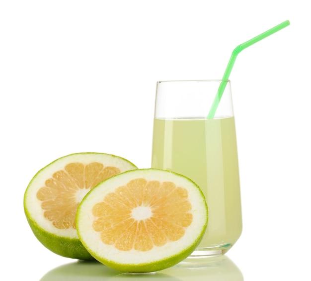 Heerlijk lieverdsap in glas en snoepjes ernaast op wit