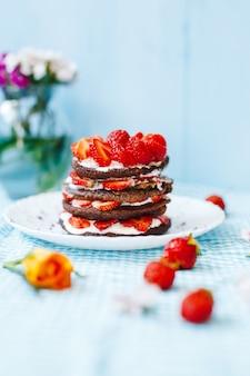 Heerlijk ontbijt met bord met pannenkoeken en aardbeien, thee