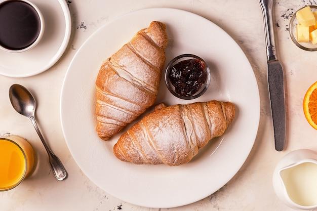 Heerlijk ontbijt met verse croissants.