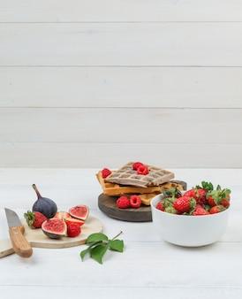 Heerlijk ontbijt met wafels en fruit
