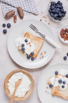 Heerlijk ontbijt met yoghurt en toast