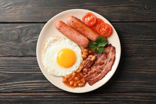 Heerlijk ontbijt of lunch met gebakken eieren op houten tafel, bovenaanzicht