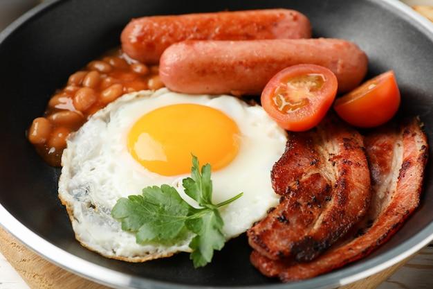 Heerlijk ontbijt of lunch met gebakken eieren op houten tafel, close-up