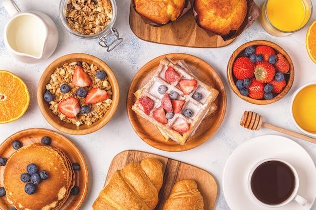 Heerlijk ontbijt op een lichte tafel, bovenaanzicht.