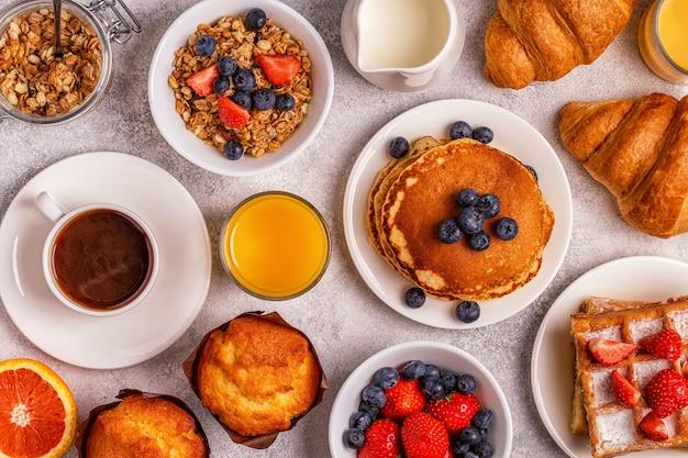 Heerlijk ontbijt op een lichte tafel