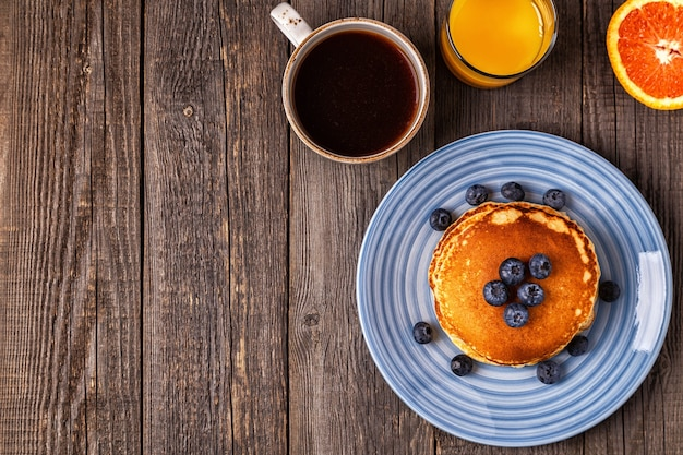 Heerlijk ontbijt op een rustieke tafel. bovenaanzicht, kopieer ruimte.