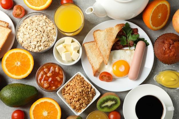 Heerlijk ontbijten of lunchen grijze tafel. bovenaanzicht
