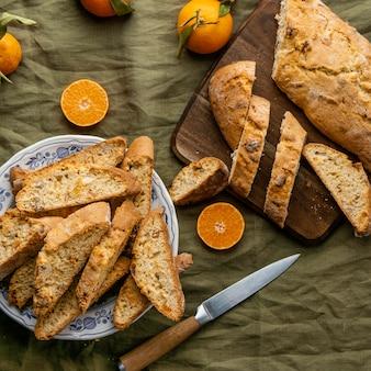 Heerlijk oranje broodje op tafel