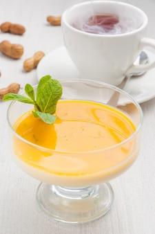 Heerlijk pana cotta dessert met mango en hete thee