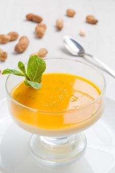 Heerlijk pana cotta dessert met mango en pinda's