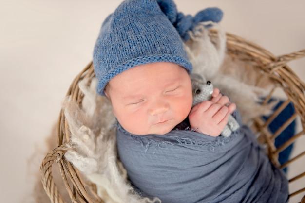 Heerlijk pasgeboren slapen in de mand