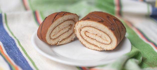 Heerlijk plakje zoete dessertbroodjescake, traditionele huisgemaakte gerechten