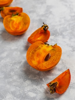 Heerlijk rijp dadelpruimfruit op beton