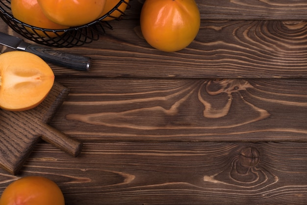 Heerlijk rijp dadelpruimfruit op bruine houten achtergrond