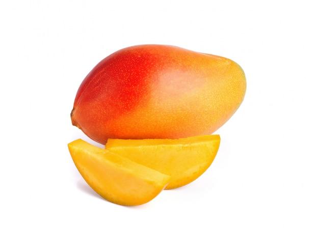Heerlijk rijp mangofruit met plakmango die op witte achtergrond wordt geïsoleerd