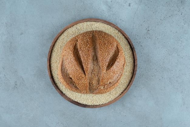 Heerlijk roggebroodje op houten plaat.