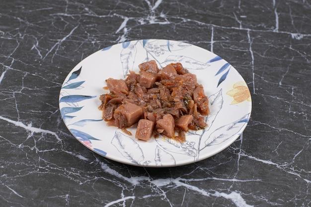 Heerlijk rundvlees met gehakte groenten op plaat.