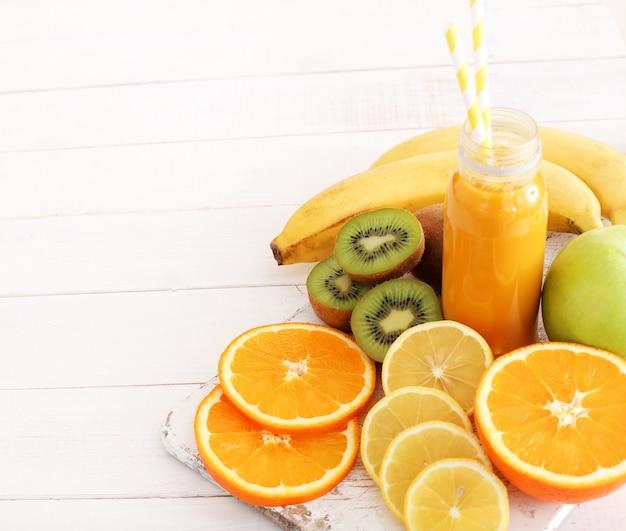 Heerlijk sap gemaakt met verschillende soorten fruit