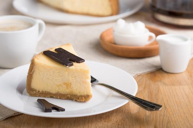 Heerlijk stuk cheesecake. zoet en smakelijk eten, koffiepauze concept.