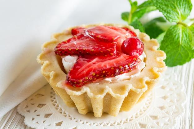 Heerlijk taartje met verse aardbeien en roomkaas.